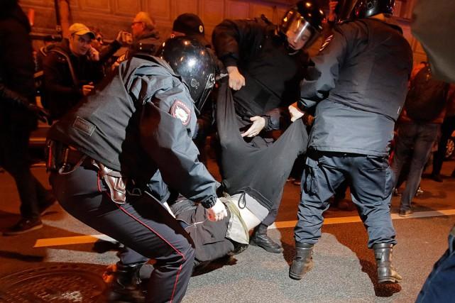 Des policiers procèdent à l'arrestation d'un manifestant anti-Poutine... (PHOTO DMITRI LOVETSKY, ASSOCIATED PRESS)