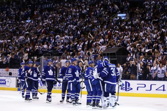 Les joueurs des Maple Leafs se regroupe autour... (PHOTO Cole Burston, LA PRESSE CANADIENNE)