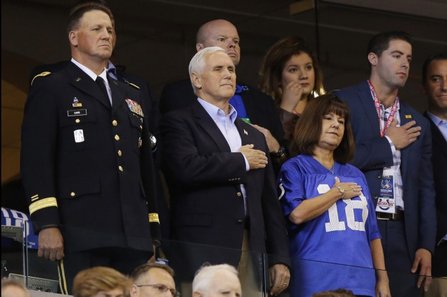 Le vice-président Mike Pence assistait au match entre... (PHOTO MICHAEL CONROY, ASSOCIATED PRESS)
