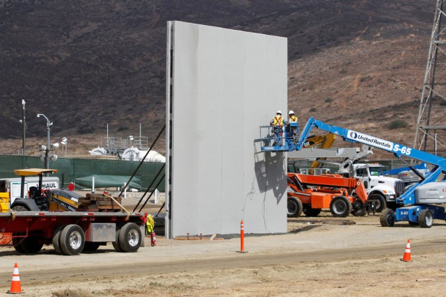 Construction d'un prototype de mur frontalier à Tijuana,... (PHOTO REUTERS)