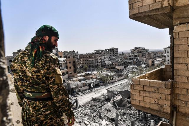Un membre des Forces démocratiques syriennes dans les... (Photo Bulent Kilic, Agence France-Presse)