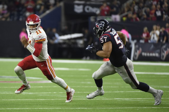 Alex Smith (11) et Brennan Scarlett (57).... (Photo Eric Christian Smith, Associated Press)