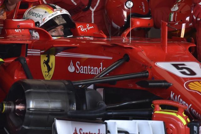 Sebastian Vettel attend dans sa voiture qu'on répare... (Photo Kazuhiro Nogi, Associated Press)