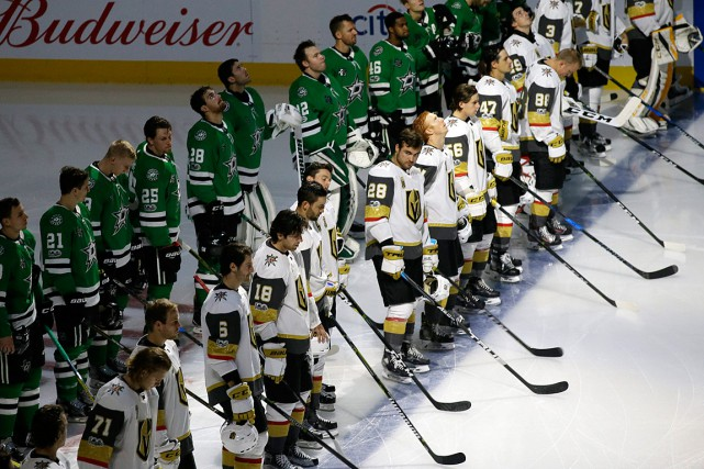 Les joueurs des Golden Knights et des Stars... (PHOTO LM OTERO, ASSOCIATED PRESS)