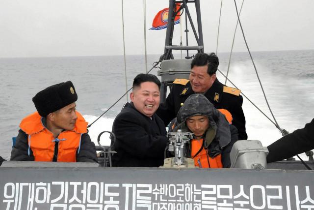 Le dirigeant nord-coréen Kim Jong-un tout sourire à... (ARCHIVES AFP)