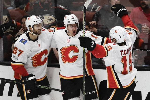 Michael Frolik, Mikael Backlund et Matthew Tkachuk.... (Photo Chris Carlson, Associated Press)