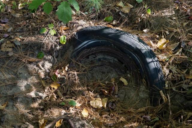 Des pneus, des pare-chocs, des éclats de pare-brise... (Photo Robert Skinner, Archives La Presse)