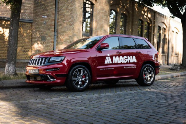 La voiture entièrement autonome avance à grands tours de roue partout sur la... (Photo fournie par Magna)