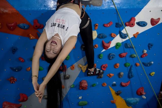 Exit le «flyingyoga», où l'on se suspend à un drap pendu au plafond.... (PHOTO AFP)