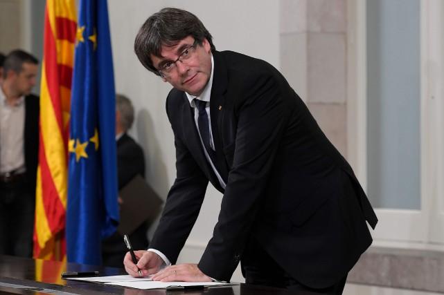 Carles Puigdemont a signé une déclaration d'indépendance mardi... (PHOTO AFP)