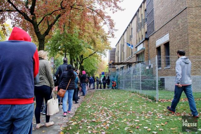 Sur le trottoir hier matin, plusieurs dizaines de... (PHOTO ALAIN ROBERGE, LA PRESSE)