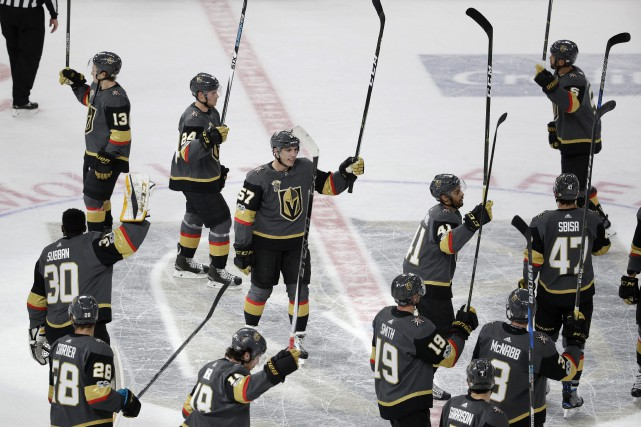 Les joueurs des Golden Knights célèbrent leur victoire.... (Photo John Locher, Associated Press)