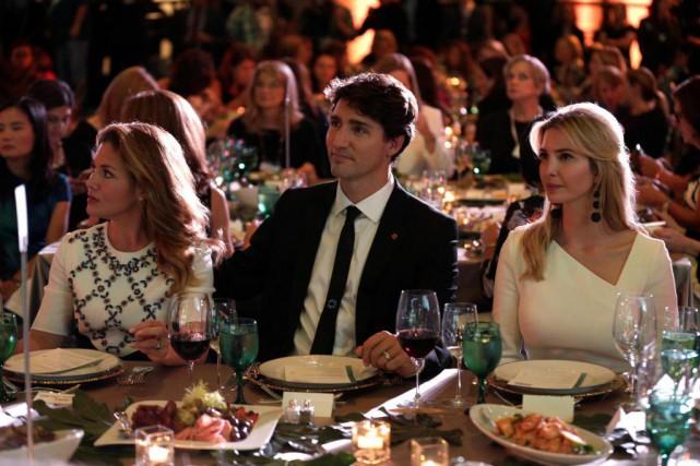 Justin Trudeau, accompagné par sa femme Sophie Grégoire-Trudeau,... (PHOTO JOSHUA ROBERTS, REUTERS)
