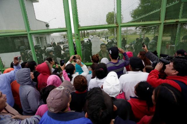 Des proches des détenusse massent à l'extérieurde la... (PHOTO REUTERS)