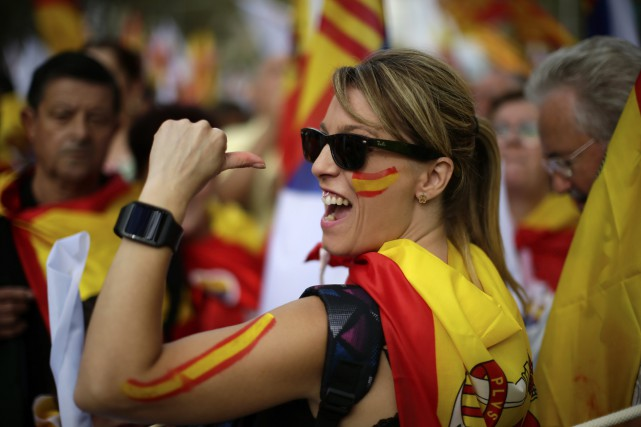À Madrid, où de nombreux drapeaux espagnols ornent... (AP)