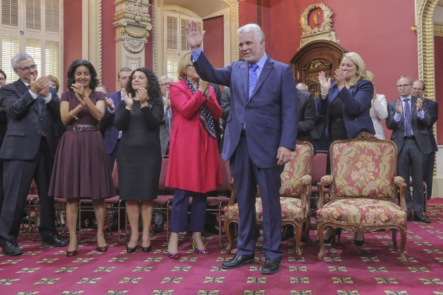 Philippe Couillard devant son nouveau conseil des ministres.... (Photo Francis Vachon, La Presse canadienne)