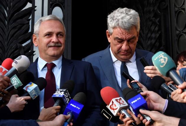 Le chef des sociaux-démocrates Liviu Dragnea et le... (PHOTO AFP)