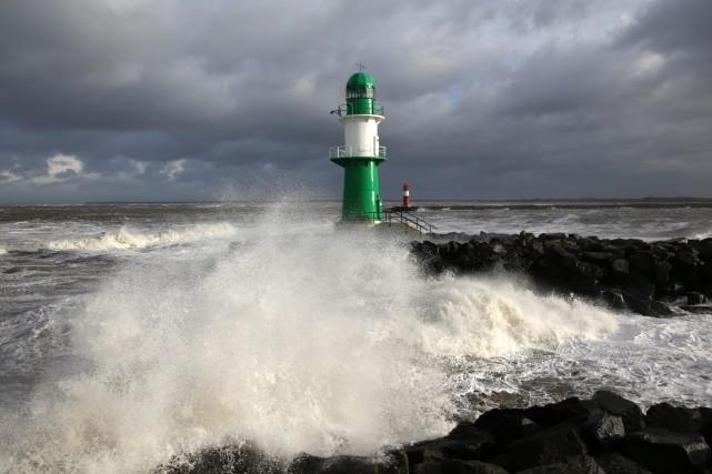 L'ouragan Ophelia, se trouvait vendredi matin à un... (Photo archives AP)