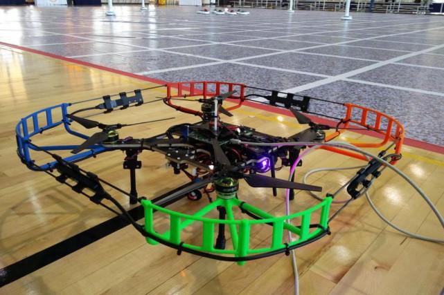 Le drone Élikos se prépare à s'envoler, devant... (Photo fournie par École polytechnique)