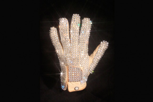 Un gant blanc que Michael Jackson a porté en tournée en 1981 est l'un des... (Photo tirée du site web de Julien's Auctions)
