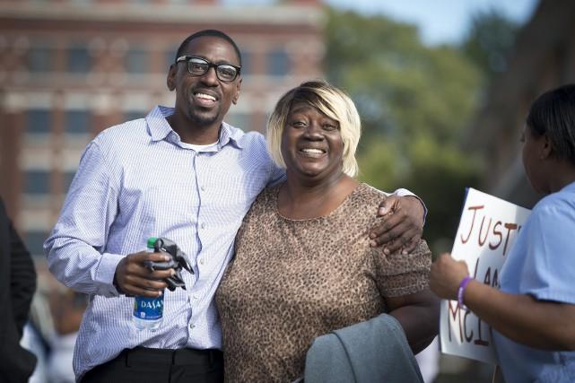 Lamonte McIntyre enlace sa mère après sa sortie... (AP)