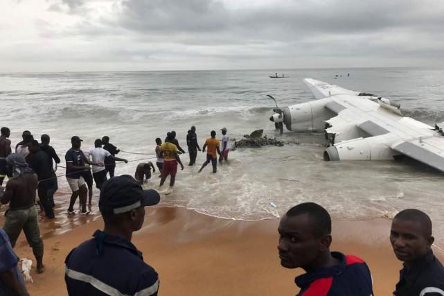 L'avion s'est écrasé sur une plage, proche de... (Photo Ange Aboa, REUTERS)