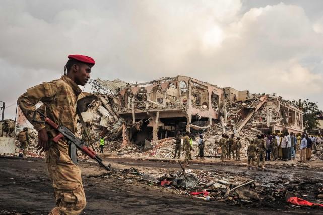 Un soldat somalien monte la garde devant le... (Photo Mohamed ABDIWAHAB, AFP)