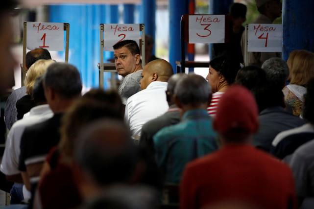 C'est 18 millions de Vénézuéliens qui élisent dimanche... (Photo Carlos Garcia Rawlins, REUTERS)