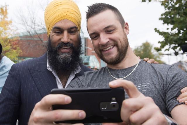 Jagmeet Singh prend un égoportrait avec un résidant... (Photo La Presse Canadienne)