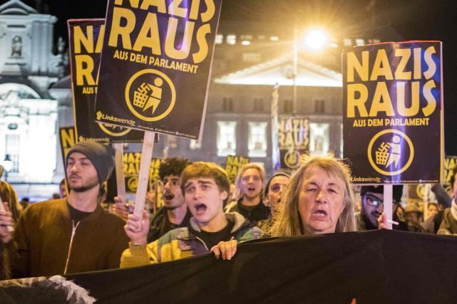 Aux cris de «Nazis Raus (dehors)», quelque 200... (PHOTO AFP)