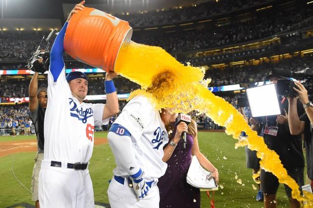 Justin Turner reçoit une «douche de Gatorade» après... (PHOTO REUTERS)