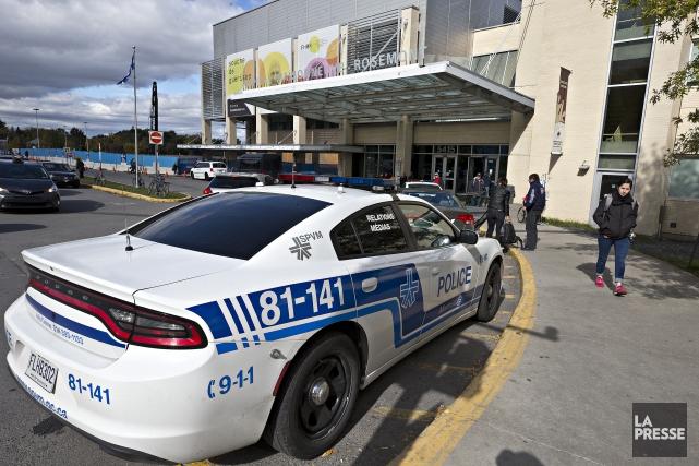 Des agents du Service de police de la... (photo PATRICK SANFAÇON, LA PRESSE)