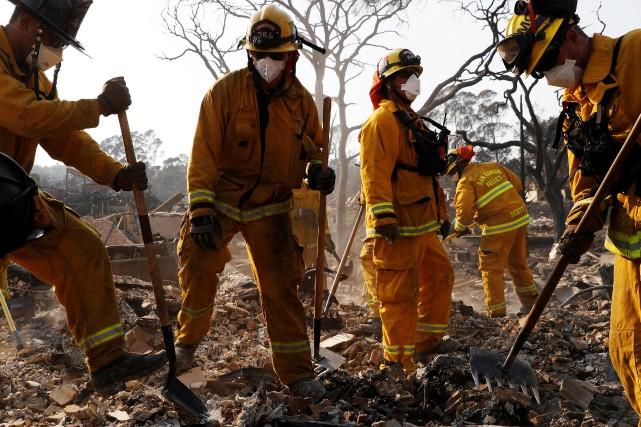 Le «Tubbs Fire», encore hors de contrôle vendredi,... (PHOTO REUTERS)