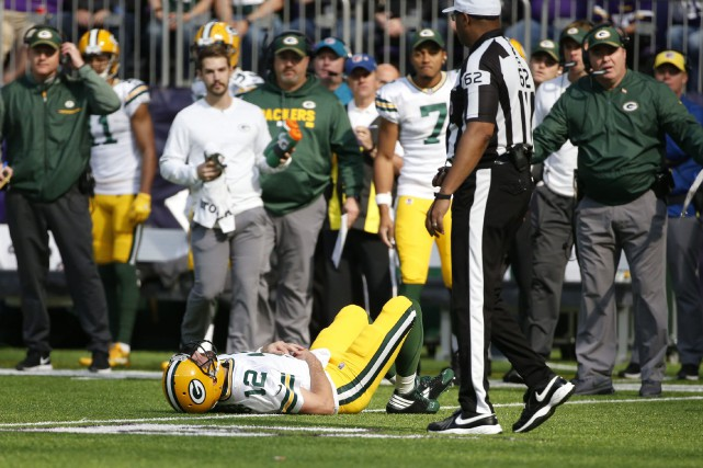 Aaron Rodgers s'est blessé pendant le match de... (PHOTO AP)