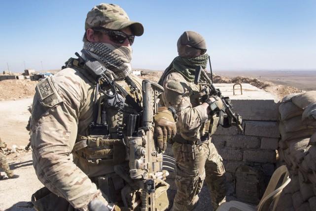 Deux soldats canadiens en poste dans le nord... (ARCHIVES PC)