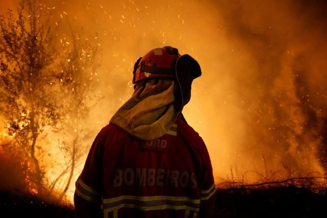 Les pompiers portugais, pour la plupart volontaires, ont... (PHOTO REUTERS)