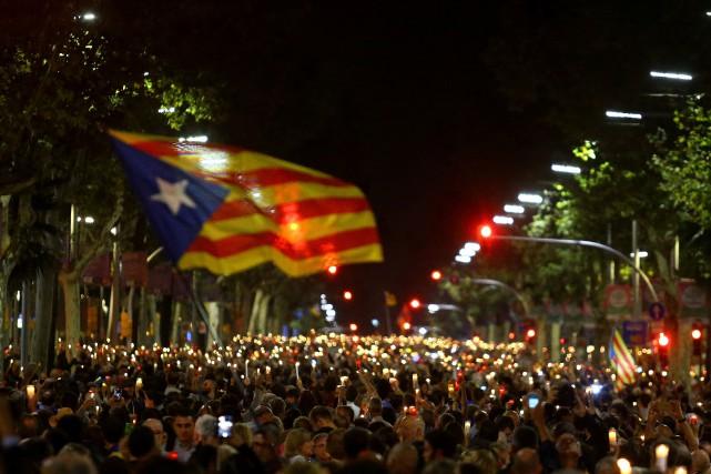 Armées de bougies et criant «Llibertat, Llibertat, Llibertat»,... (PHOTO Ivan Alvarado, REUTERS)