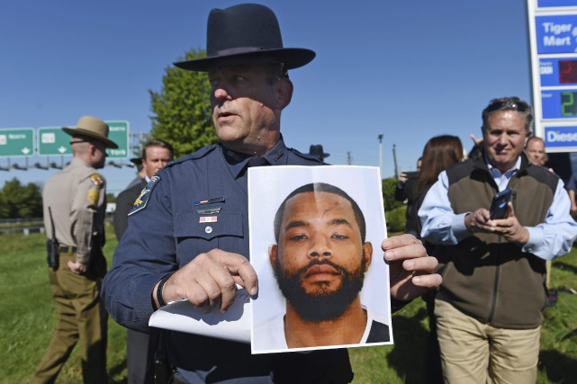 Le suspect «armé et dangereux» a été identifié... (PHOTO AP)