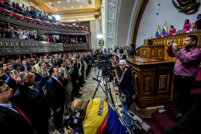 Les 18 gouverneurs du camp présidentiel ont prêté... (PHOTO AFP)