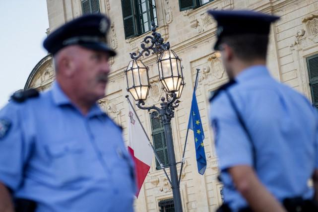 Des policiers devant les bureaux dupremier ministre Joseph... (AP)