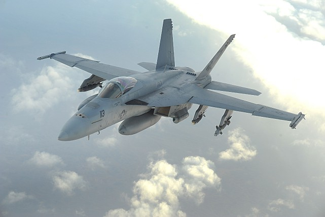 Un F/A-18 Super Hornet.... (Photo via US Air Forces)
