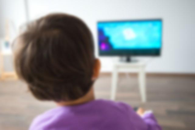 Les enfants défavorisés regardent plus la télévision et utilisent davantage... (PHOTO THINKSTOCK)