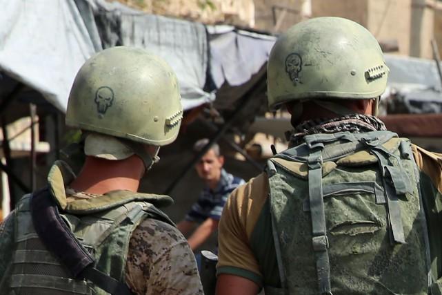 Deux soldats russes en patrouille ans la ville... (PHOTO AFP)
