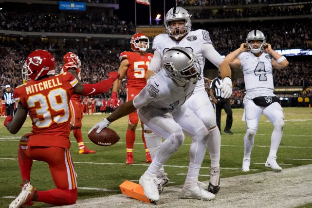 Michael Crabtree (15), des Raiders d'Oakland, célèbre après... (Photo Kelley L Cox, USA Today Sports)
