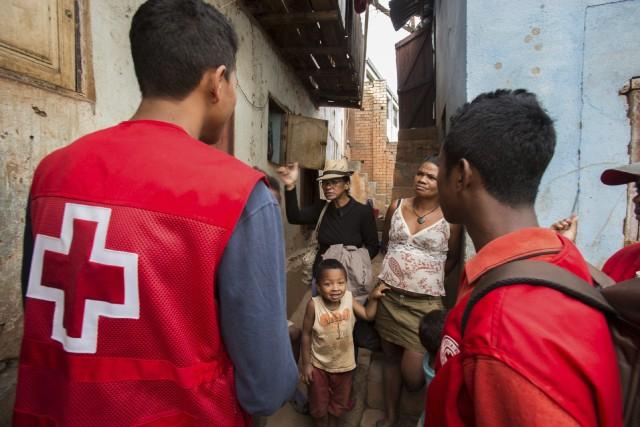 Des employés de la Croix-Rouge tentent de sensibiliser... (Photo Alexander Joe, AP)