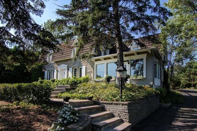 Pignons, volets, fenêtres à croisillons, pierre et tuiles... (Photo fournie par Profusion Immobilier)