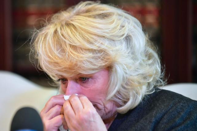 L'actrice Heather Kerr, fondant en larmes, a raconté... (PHOTO AFP)