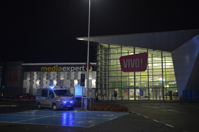 Le suspect a été maîtrisé par des témoins... (Photo AP)