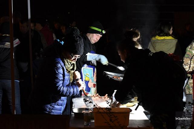 Des milliers de personnes ont participé vendredi soir... (PHOTO ROCKET LAVOIE, LE QUOTIDIEN)