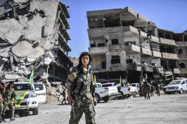Une militaire des forces démocratiques syriennes à Raqqa,... (Photo BULENT KILIC, AFP)